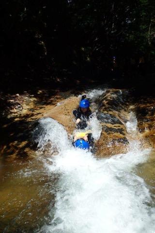 川で天然のウォータースライダーを楽しむ happyキャニオニング